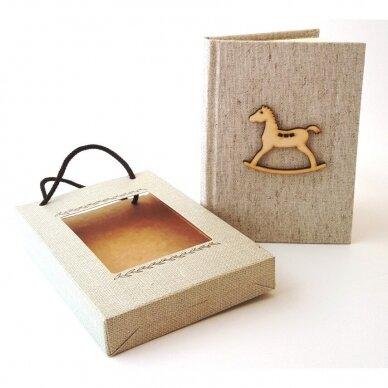 Užrašų knyga drobiniais viršeliais su medine detale 3
