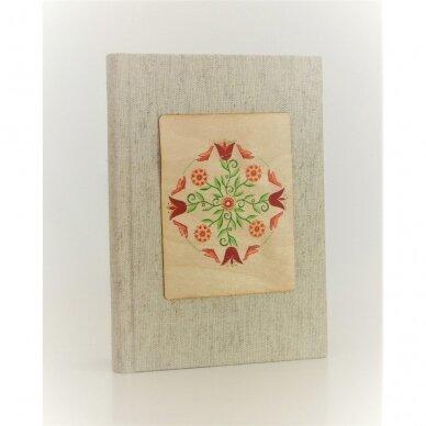 Užrašų knyga drobiniais viršeliais su medine detale